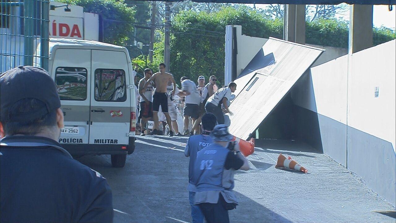 Torcedores arrombam portão e atiram objetos em jogadores do Figueirense