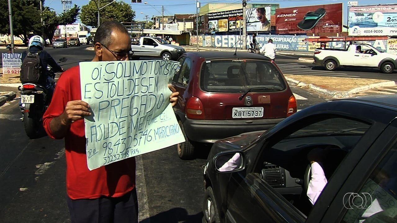 Com dificuldades para arrumar emprego, homem oferece serviços em cruzamento