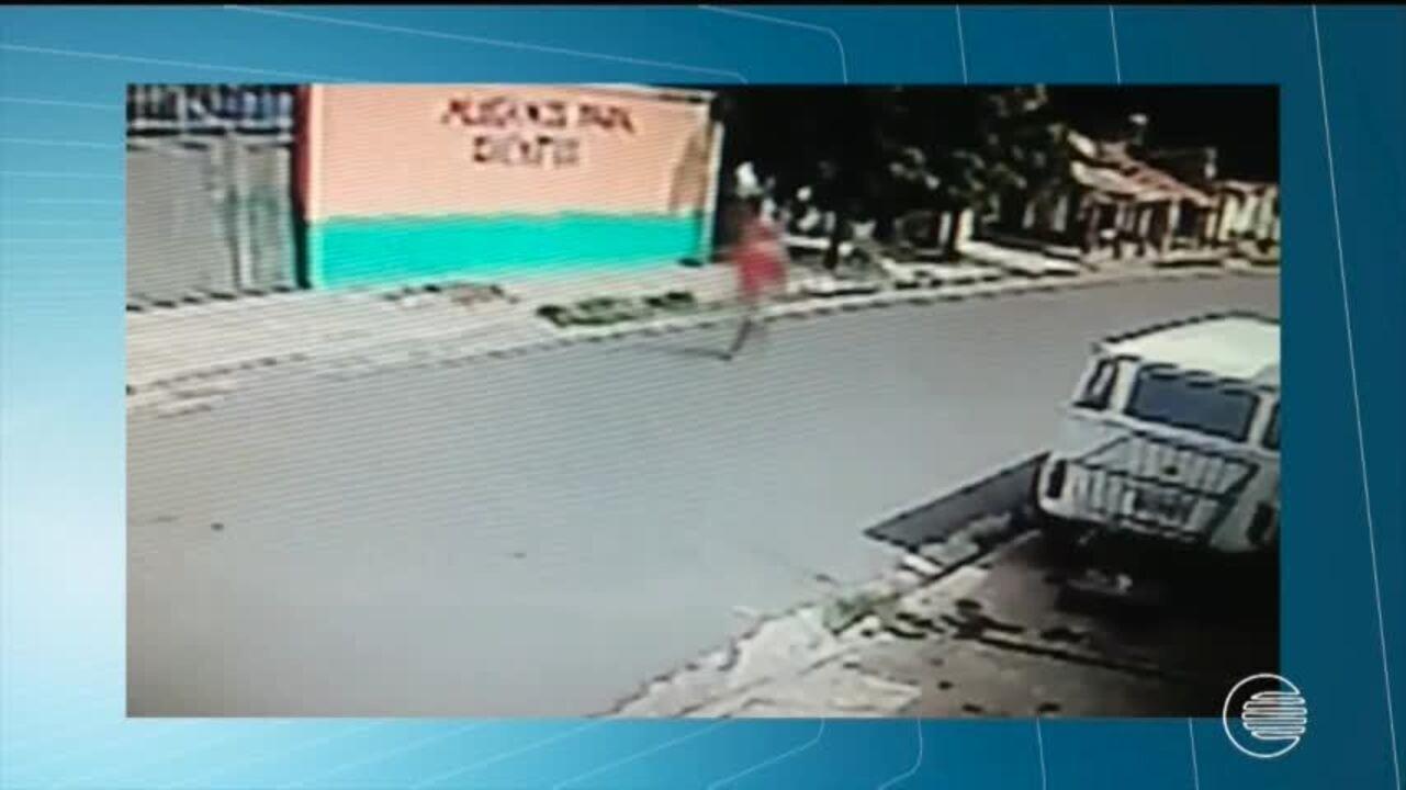 Homem derruba mulher e crianças de motocicleta e rouba veículo