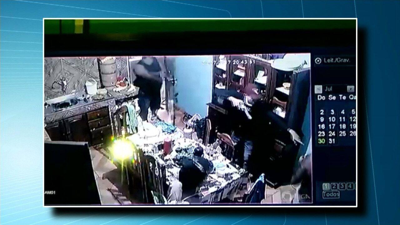 Câmera de segurança registra ação de bandidos armados em estabelecimento na PA-370
