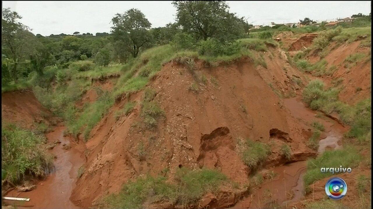 Ruas são 'engolidas' por cratera em bairro de Avaré