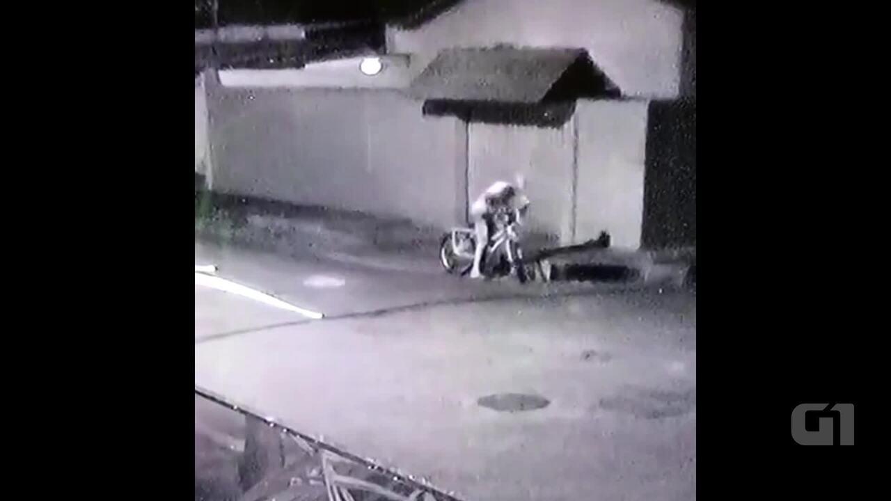 Imagens mostram homem fugindo de bicicleta após furta cachorro em bairro de Rio Branco