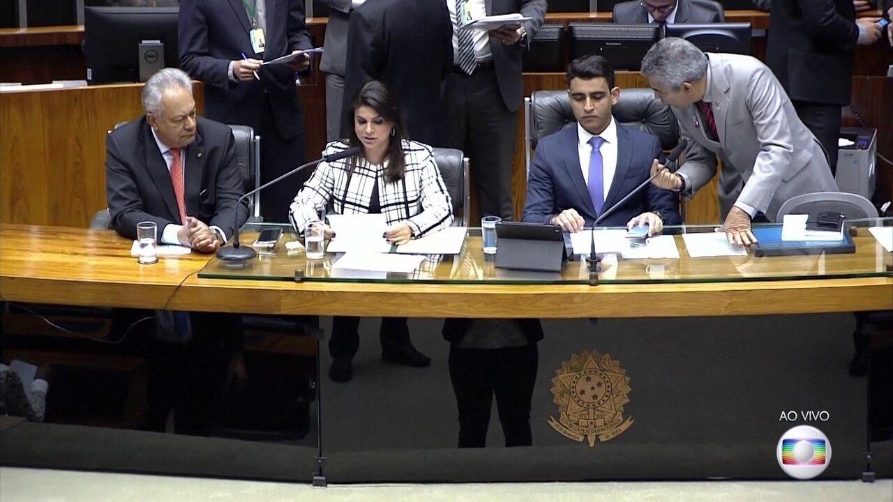 Relatório que pede a rejeição da denúncia contra Temer é lido no plenário da Câmara