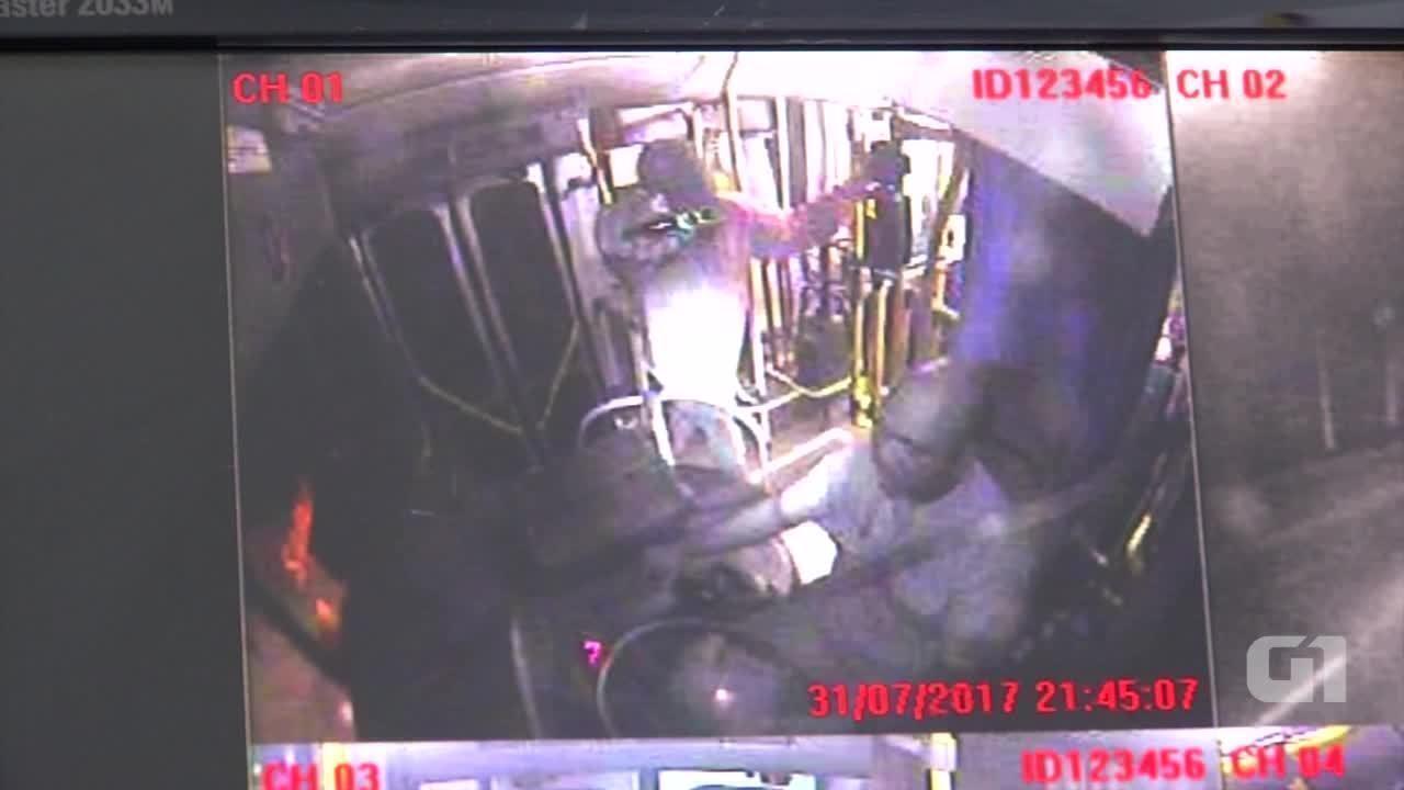Câmeras de segurança mostram ação dos ladrões durante assalto em ônibus