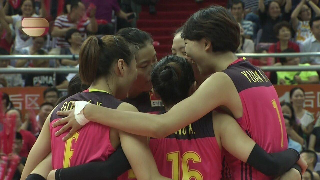 1º Set - Em erro de recepção brasileira, chinesas fecham a primeira parcial: 25 a 22