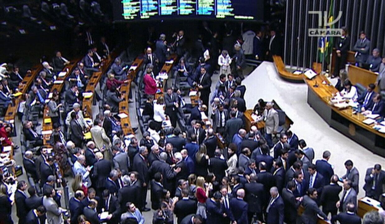 Plenário da Câmara rejeita denúncia contra Temer