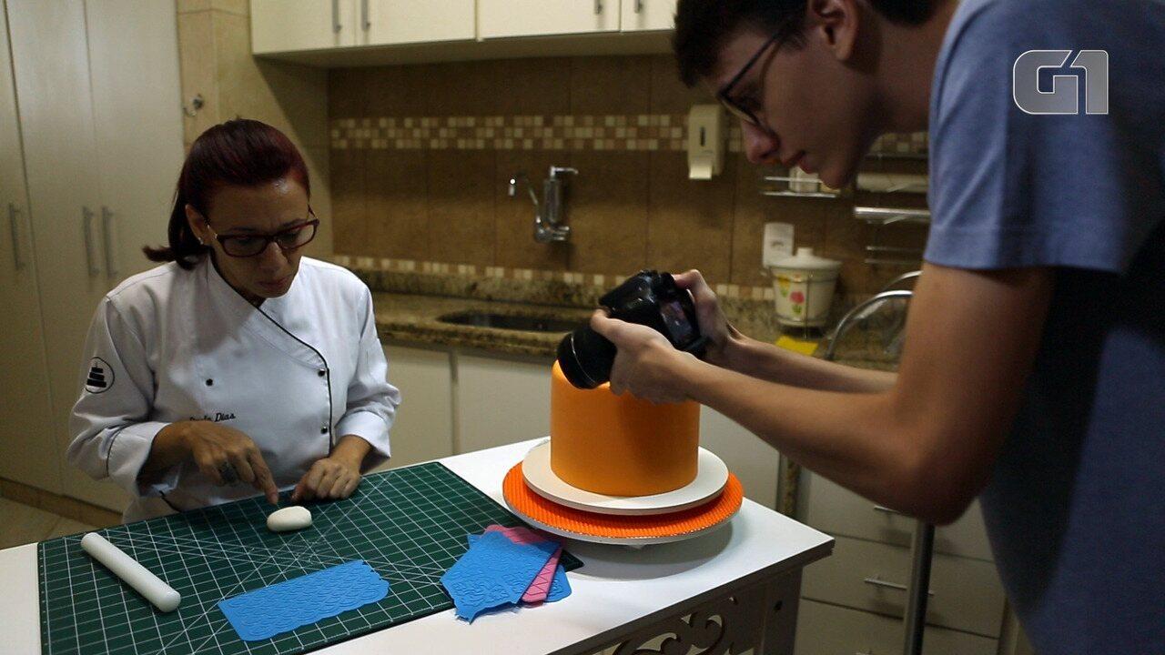 Jovem do Rio vai estudar no exterior depois de fazer vídeos da mãe decorando bolos