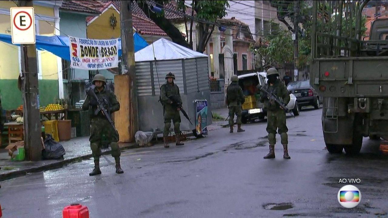 Policiais e militares ocupam uma das entradas do Complexo do Lins