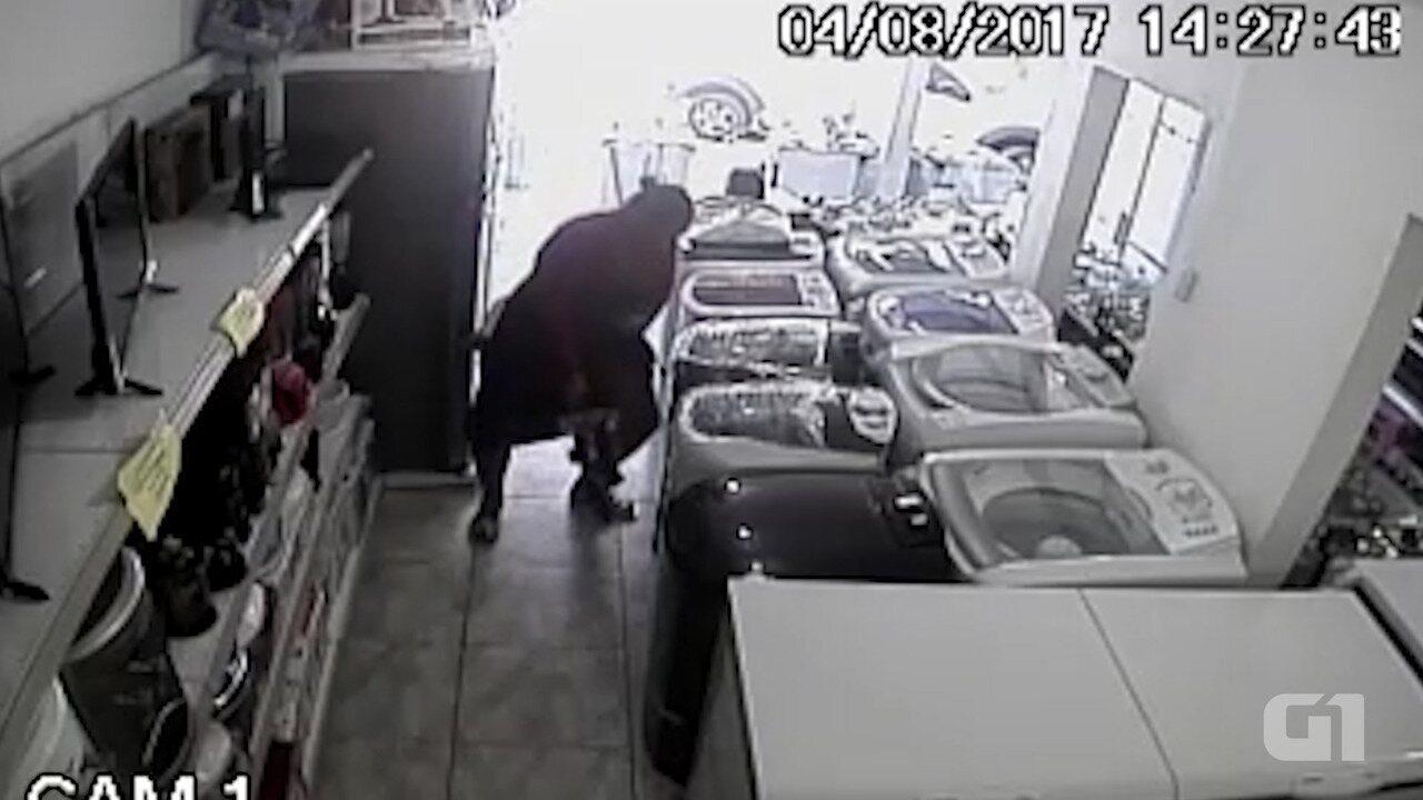 Mulher rouba TV e esconde debaixo da saia, em Presidente Tancredo Neves