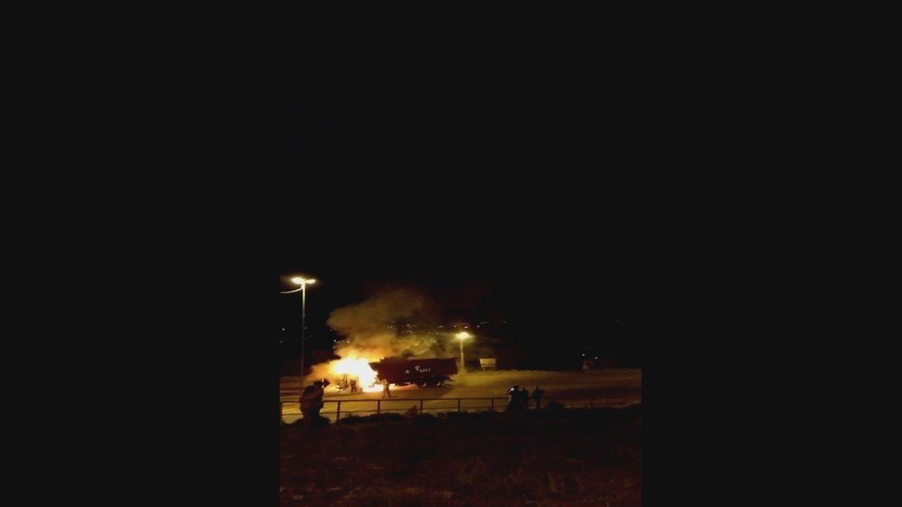 Caminhão pega fogo após bater em moto em Concórdia