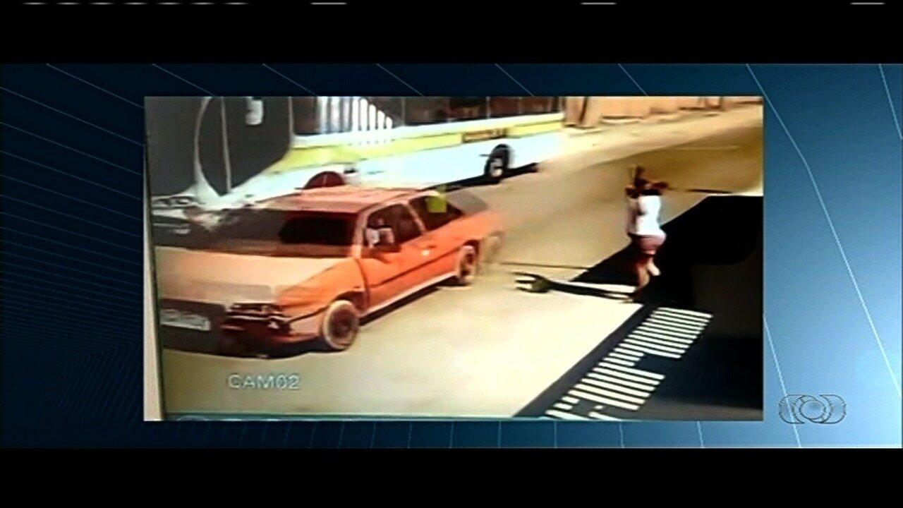 Vídeo mostra criança ser atingida por carro ao sair de escola em Valparaíso de Goiás