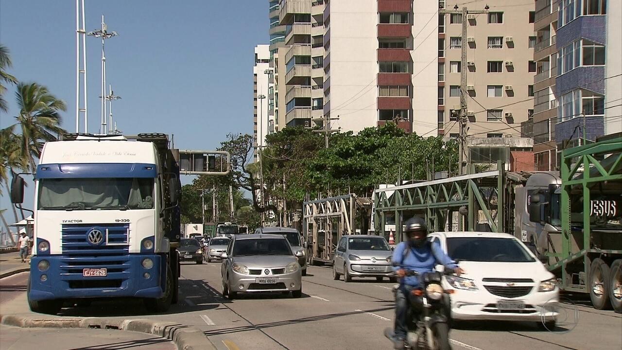 Cegonheiros estacionam caminhões na Avenida Boa Viagem