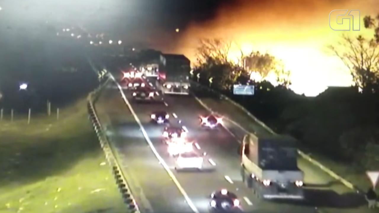 Incêndio atinge casas da Ilha do Pavão em Porto Alegre