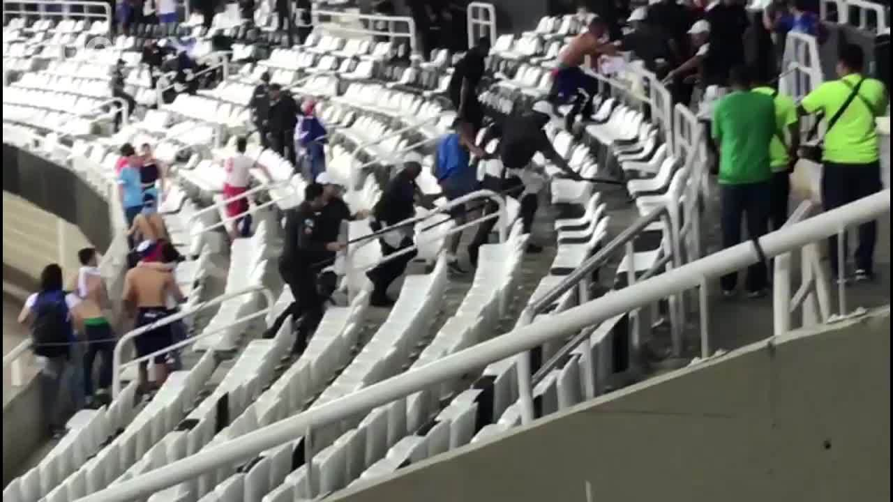Torcedores do Nacional- URU brigam em arquibancada no jogo entre Nacional-URU pela Libertadores