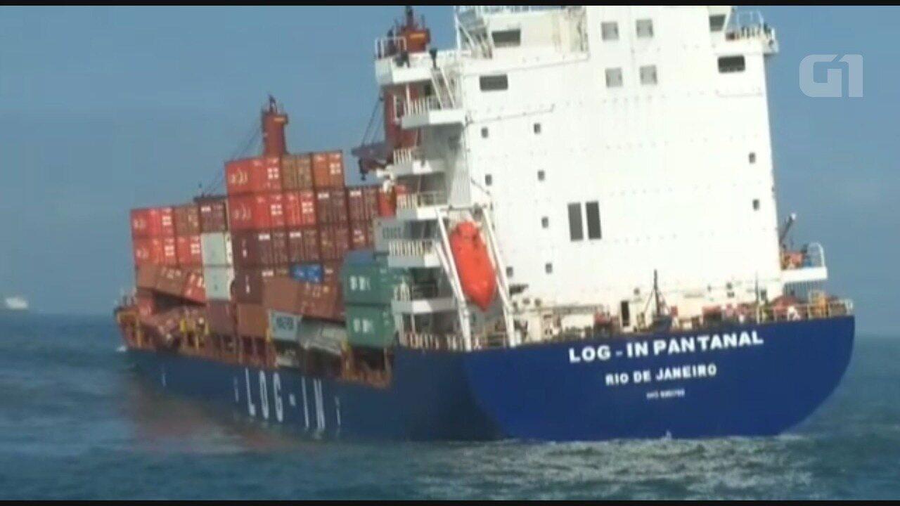 Ao menos 45 contêineres caíram de navio na barra de Santos, SP