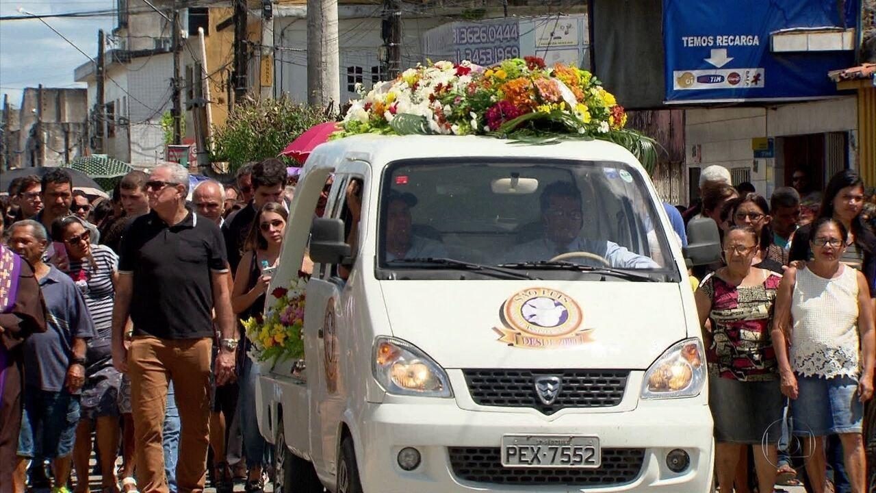 Vítima de latrocínio é enterrada em Goiana sob comoção