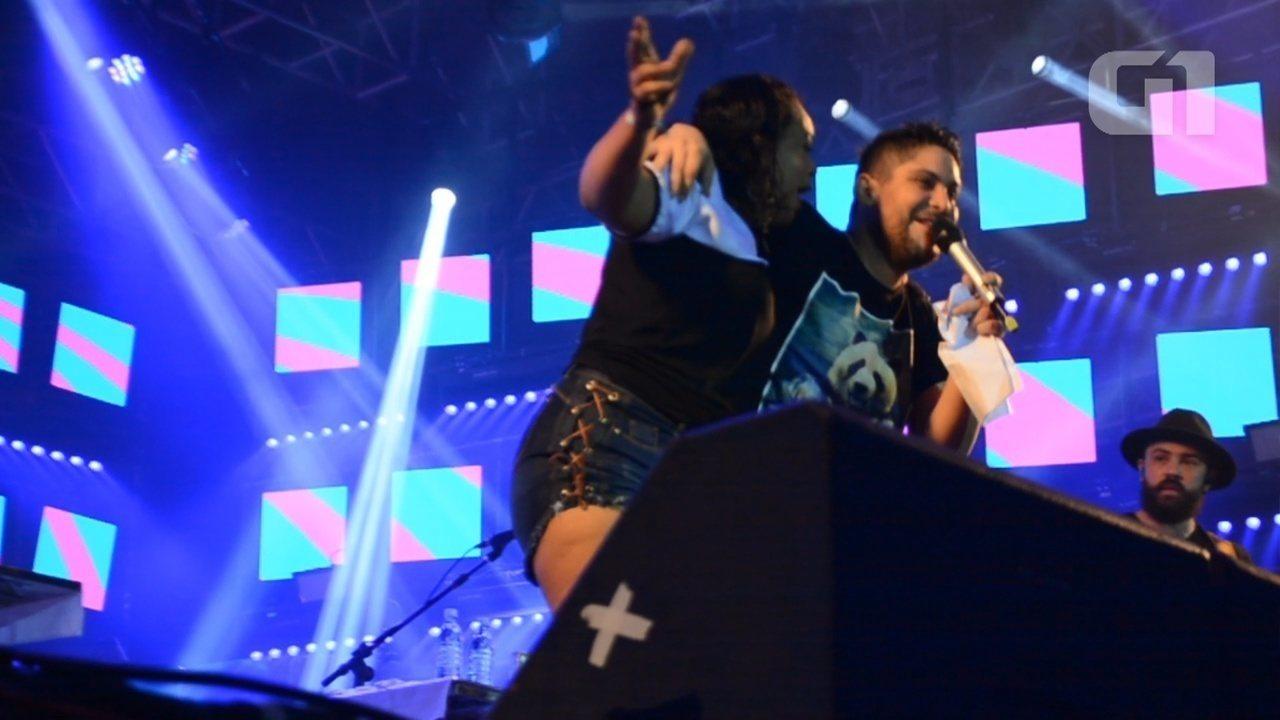 Fã invade palco e dança com cantor Jorge da dupla Jorge e Matheus em Porto Velho