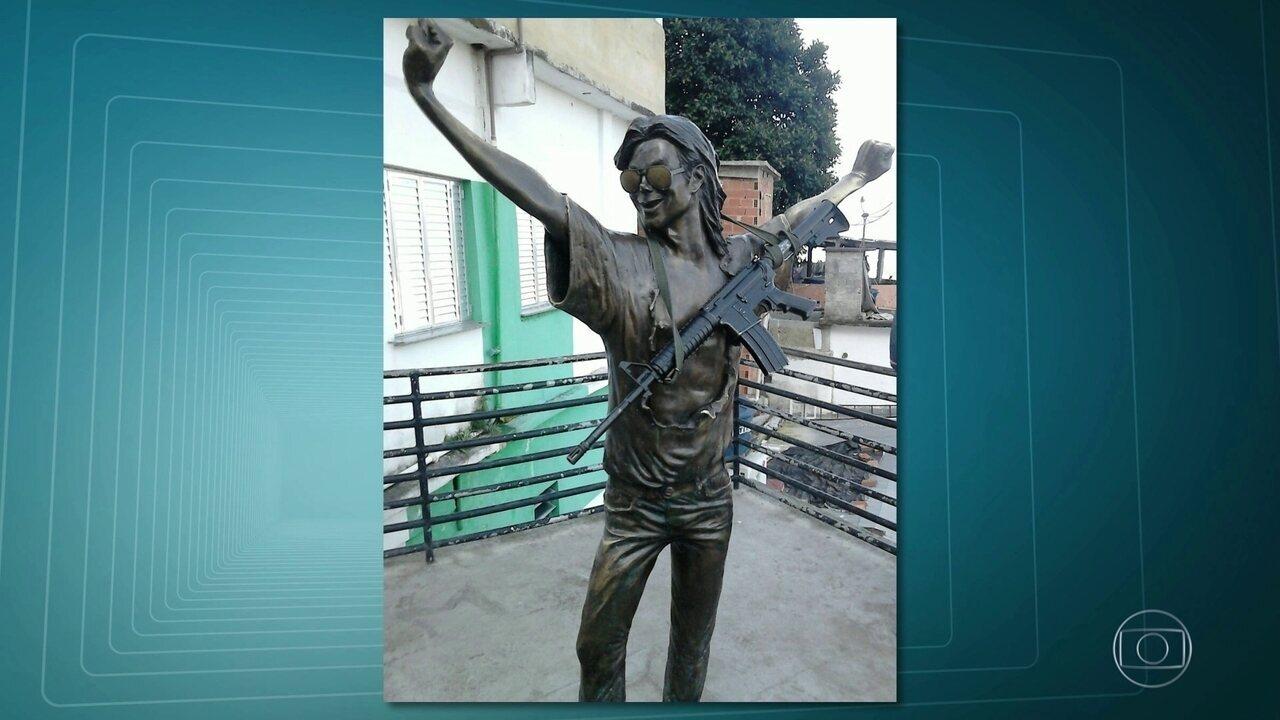 Polícia procura bandidos que colocaram fuzil na estátua de Michael Jackson no Dona Marta