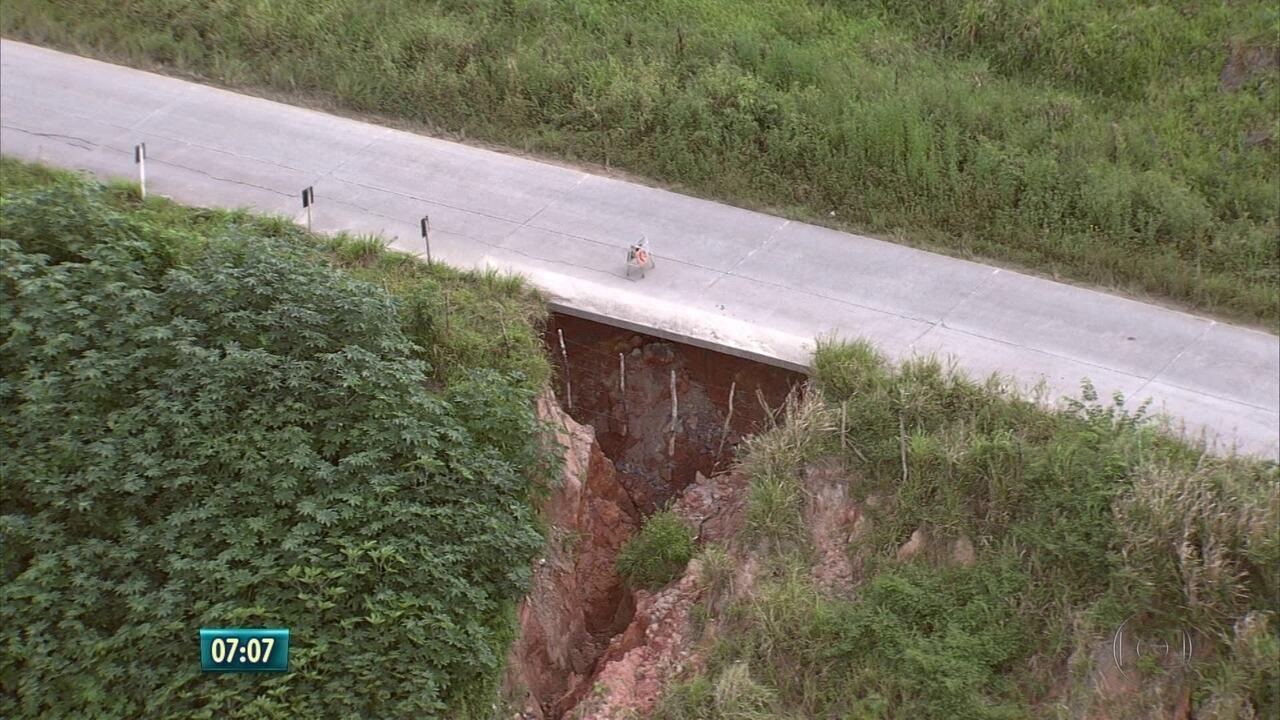 Resultado de imagem para Buraco se abre em barreira que sustenta rodovia estadual em PE