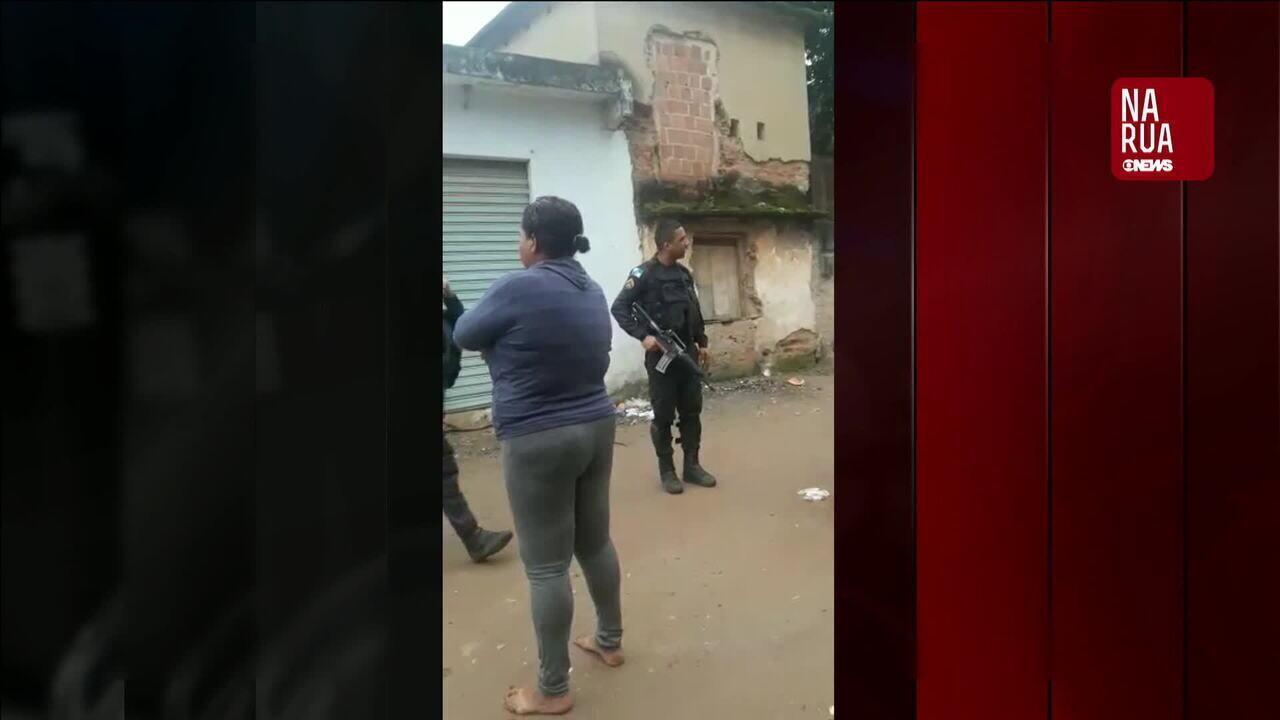 Vídeo flagra PM batendo boca e agredindo moradora em favela de Duque de Caxias (RJ)