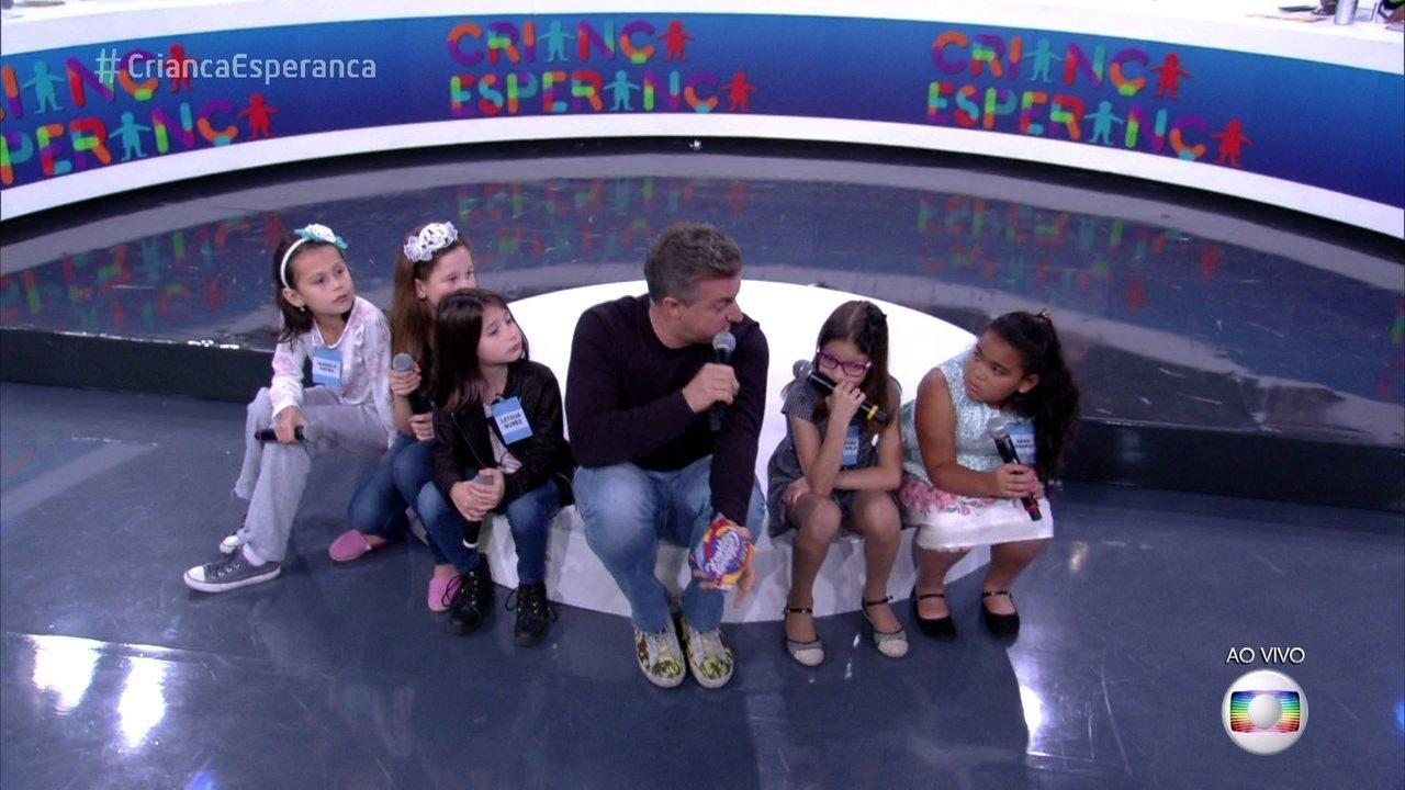 Luciano Huck recebe as crianças do quadro 'Árvore dos Desejos' no mesão da solidariedade