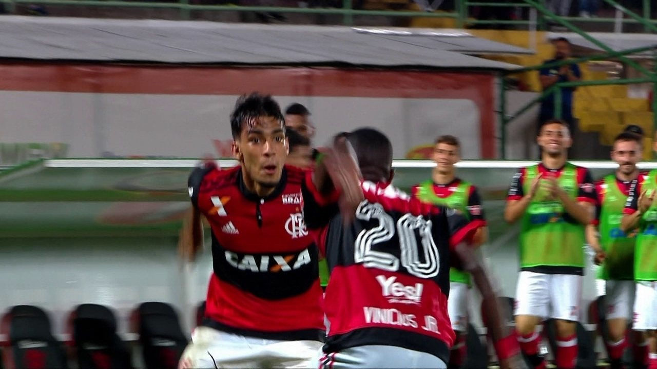 Com luta, inteligência e passe para gol, Lucas Paquetá faz boa partida como titular