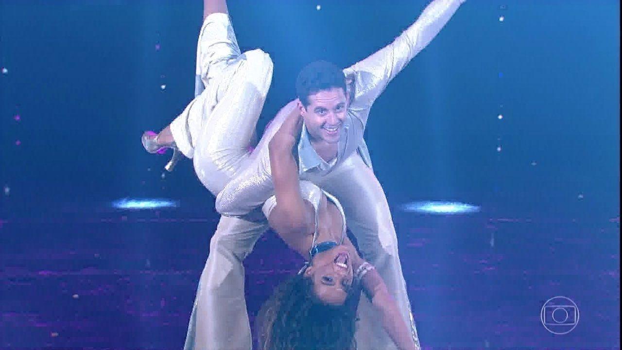 Thiago Pereira se apresenta ao lado de Nathalia Zannin