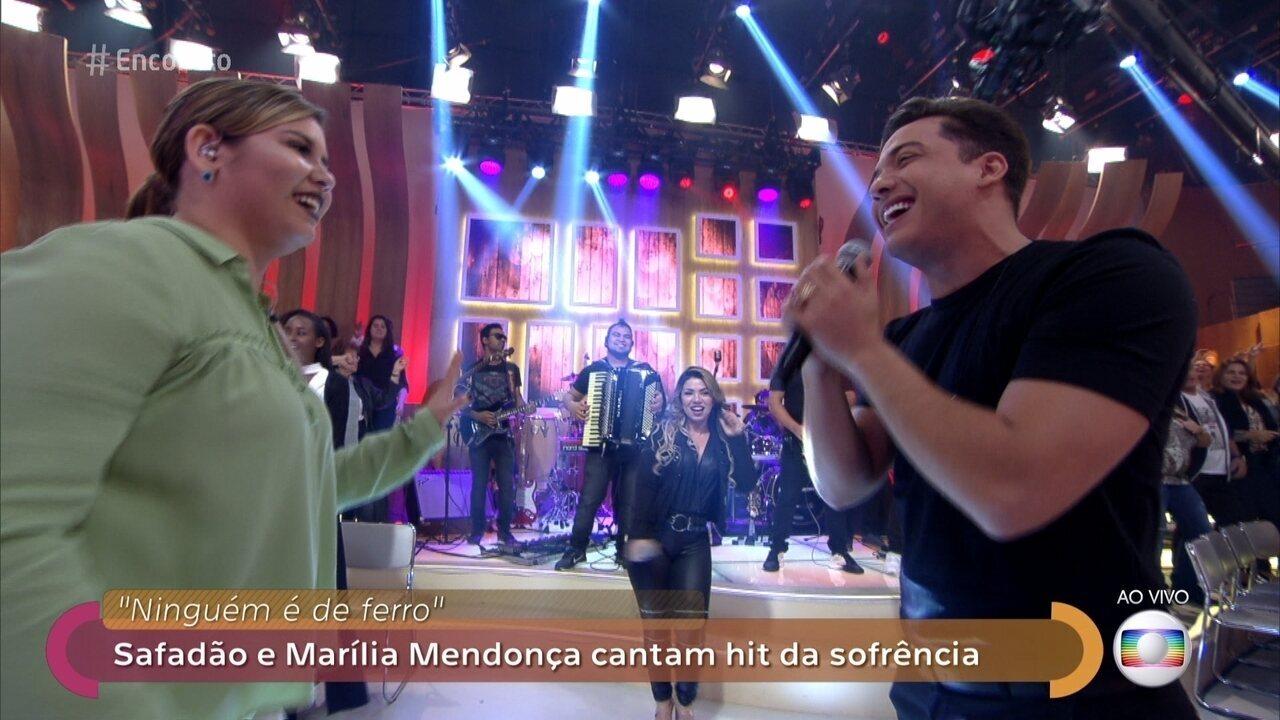Marília Mendonça é vista aos beijos com o ator Matheus Corcione