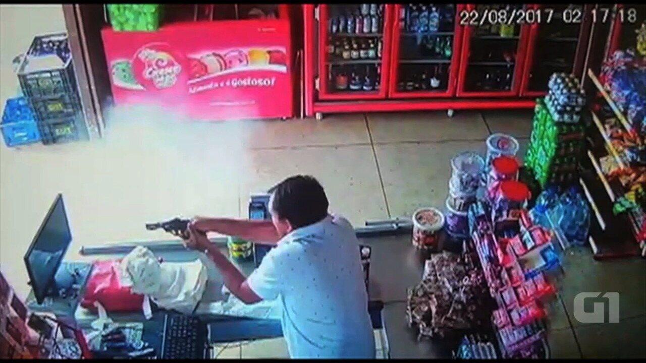 Vídeo mostra momento em que comerciante reage a assalto