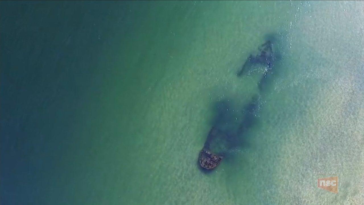 Maré seca atinge litoral catarinense e deixa à mostra navio que afundou há 60 anos