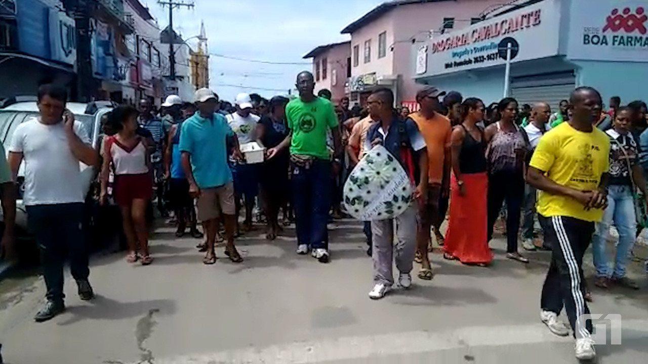 Multidão acompanahou o cortejo fúnebre do bebê, em Vera Cruz; comércio fechou as portas durante a passagem da caminhada