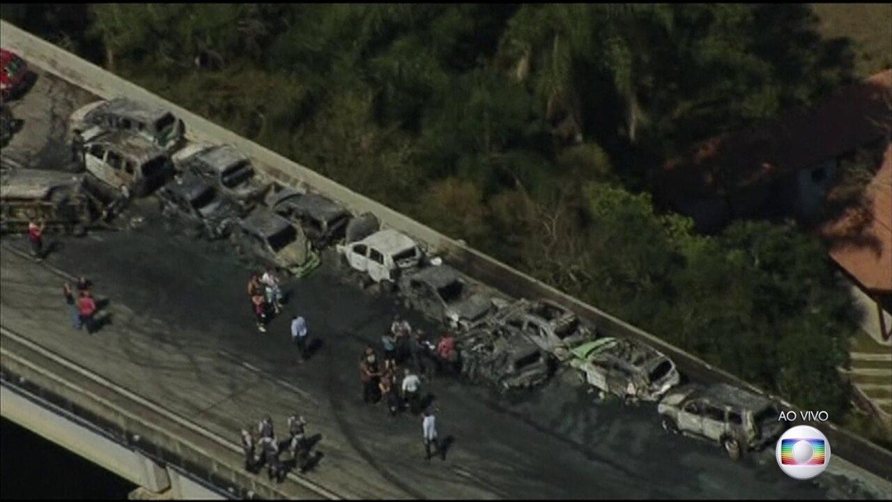 Engavetamento entre 36 veículos provoca morte e desespero na rodovia Carvalho Pinto, em SP