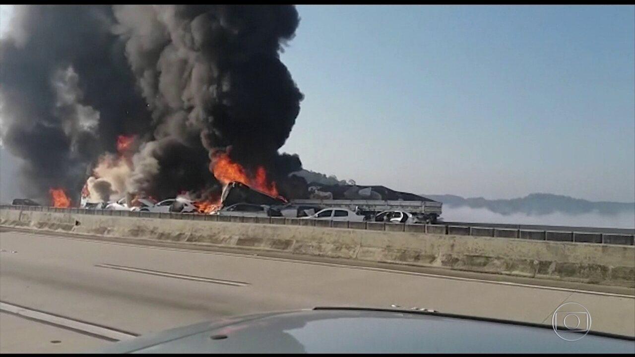 Engavetamento de 36 veículos deixa mortos e feridos em rodovia em SP
