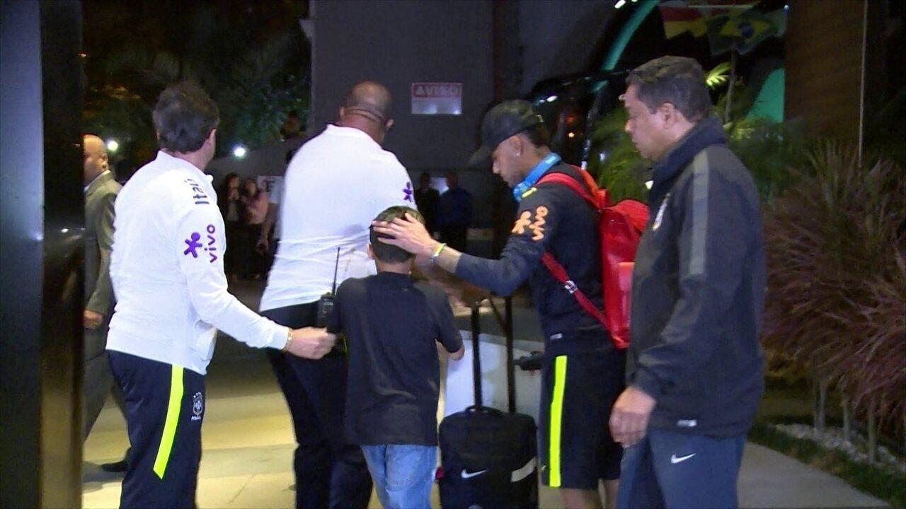 Criança pula grade, passa por segurança e tira foto com Neymar, na saída do hotel
