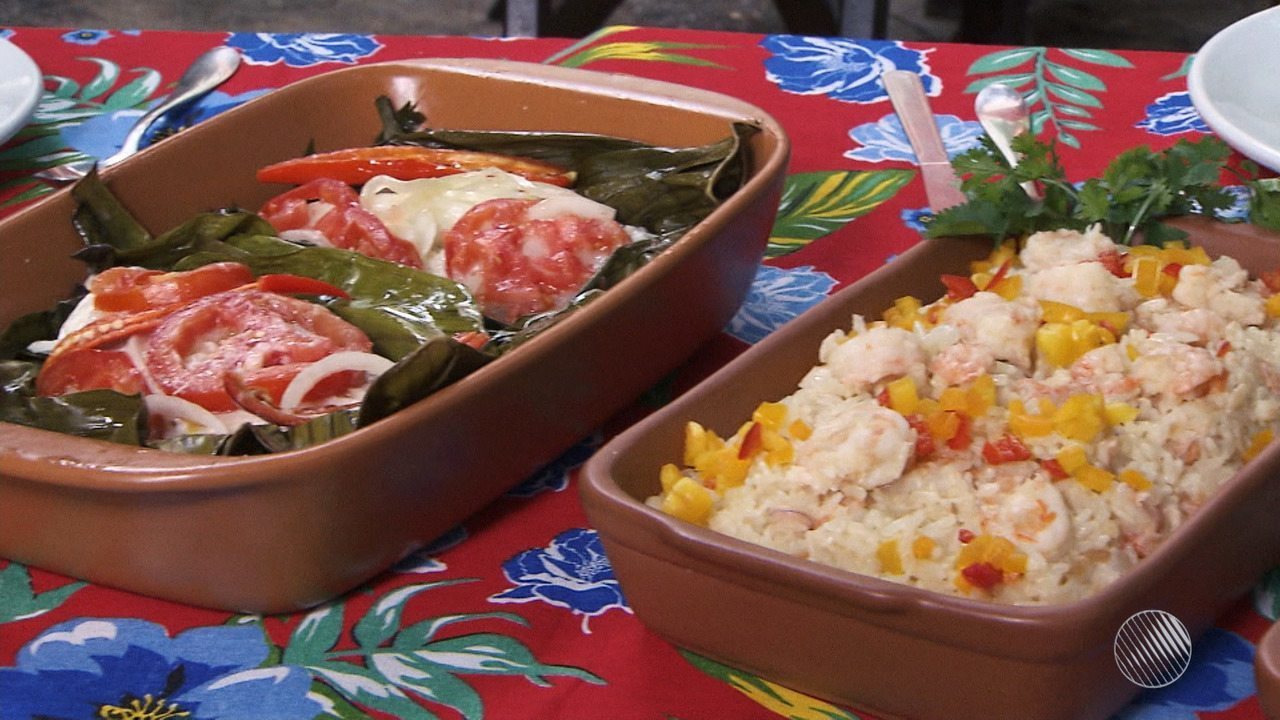 Panela de Bairro ensina receita de peixe na folha de bananeira com arroz de coco e camarão