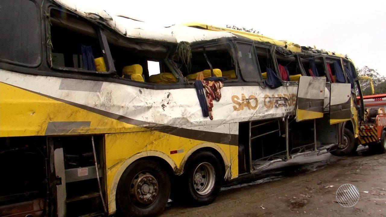 Acidente com ônibus deixa três mortos e 19 feridos na Br-101, no sul do estado