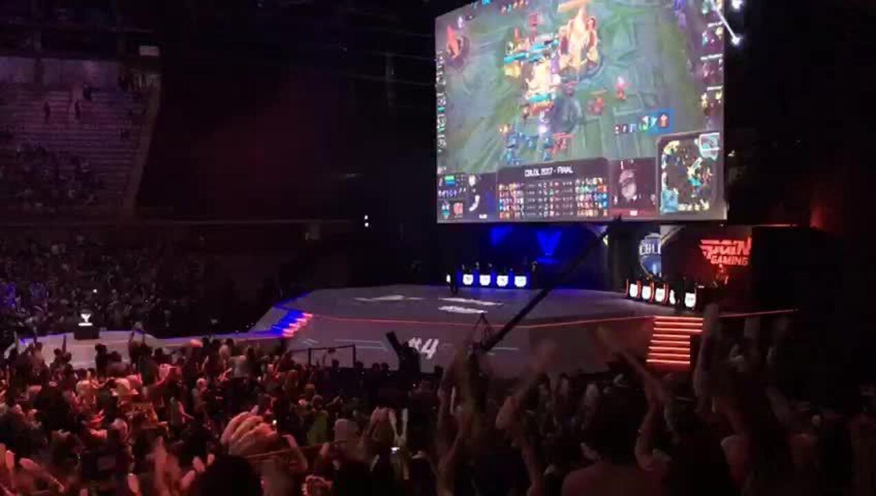 Torcida comemora vitória da Team One por 3 x 1 sobre a Pain Gaming na grande final do CBLoL 2017