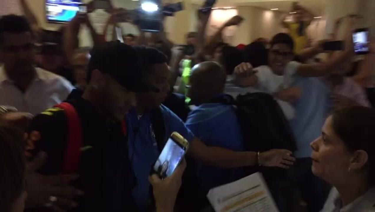 Fãs tentam agarrar Neymar na entrada do hotel da seleção brasileira em Barranquilla