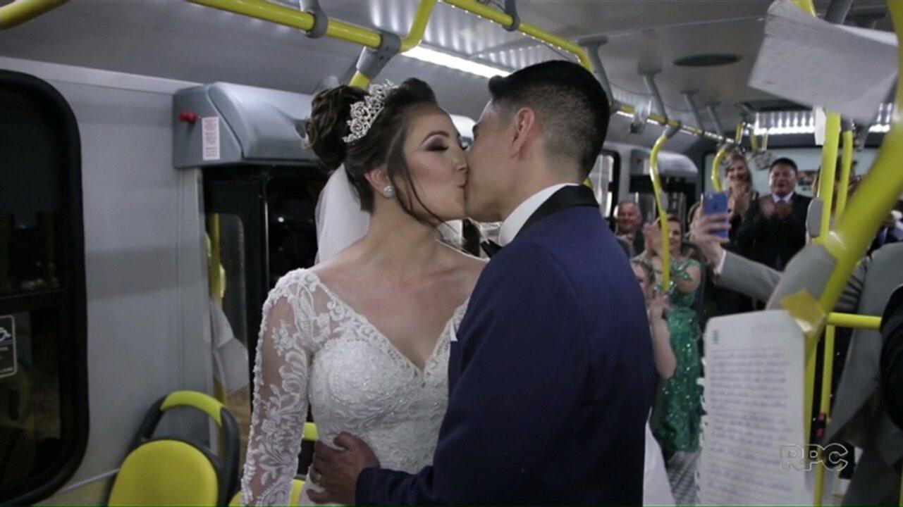 Resultado de imagem para Casal que se conheceu no transporte coletivo faz cerimônia de casamento em ônibus