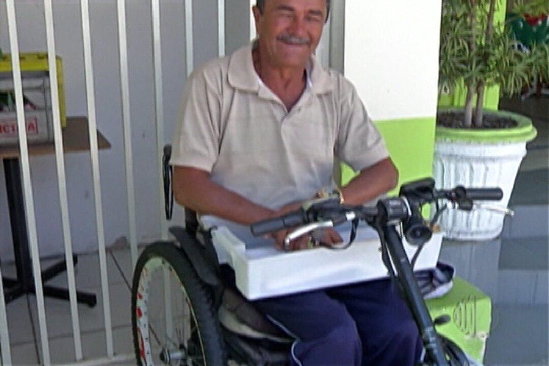 Cadeirante de Mogi das Cruzes entrega marmitas para pagar cadeira motorizada em Mogi
