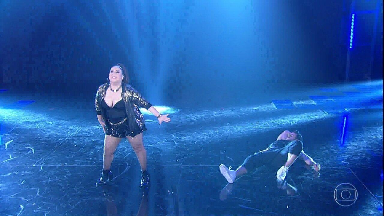 Mariana Xavier é aplaudida de pé pela plateia após sua apresentação