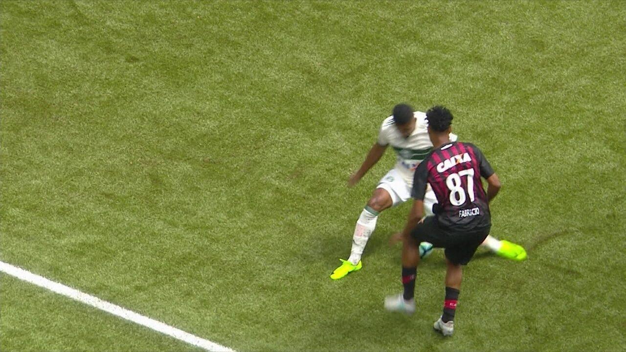 Fabrício, Diego Alves e Arnaldo disputam o drible mais bonito da rodada