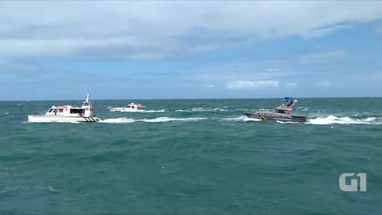 Catamarã que bateu em baleia é escoltado por lanchas da Marinha