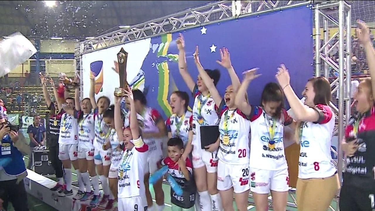 Em ginásio lotado, Leoas da Serra vence Copa Brasil de futsal feminino