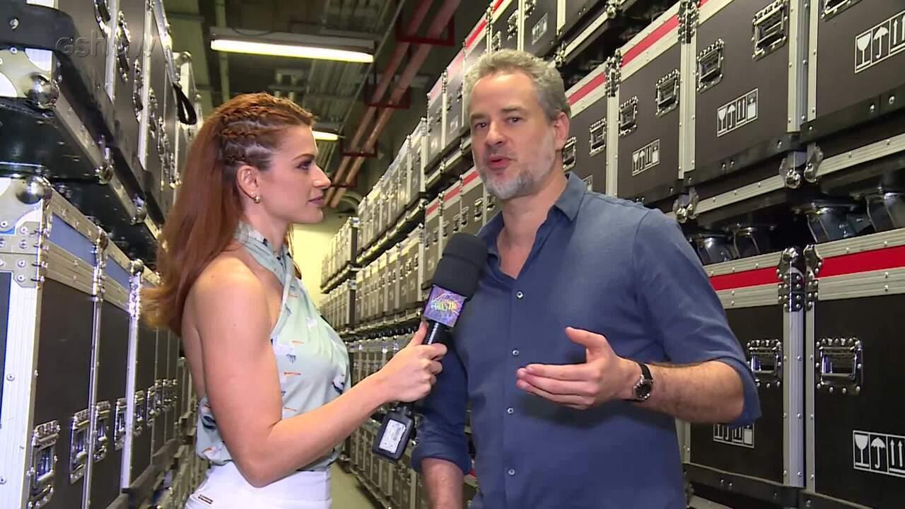 Renata Longaray fala com Dan Stulbach nos bastidores do 'Dança dos Famosos'