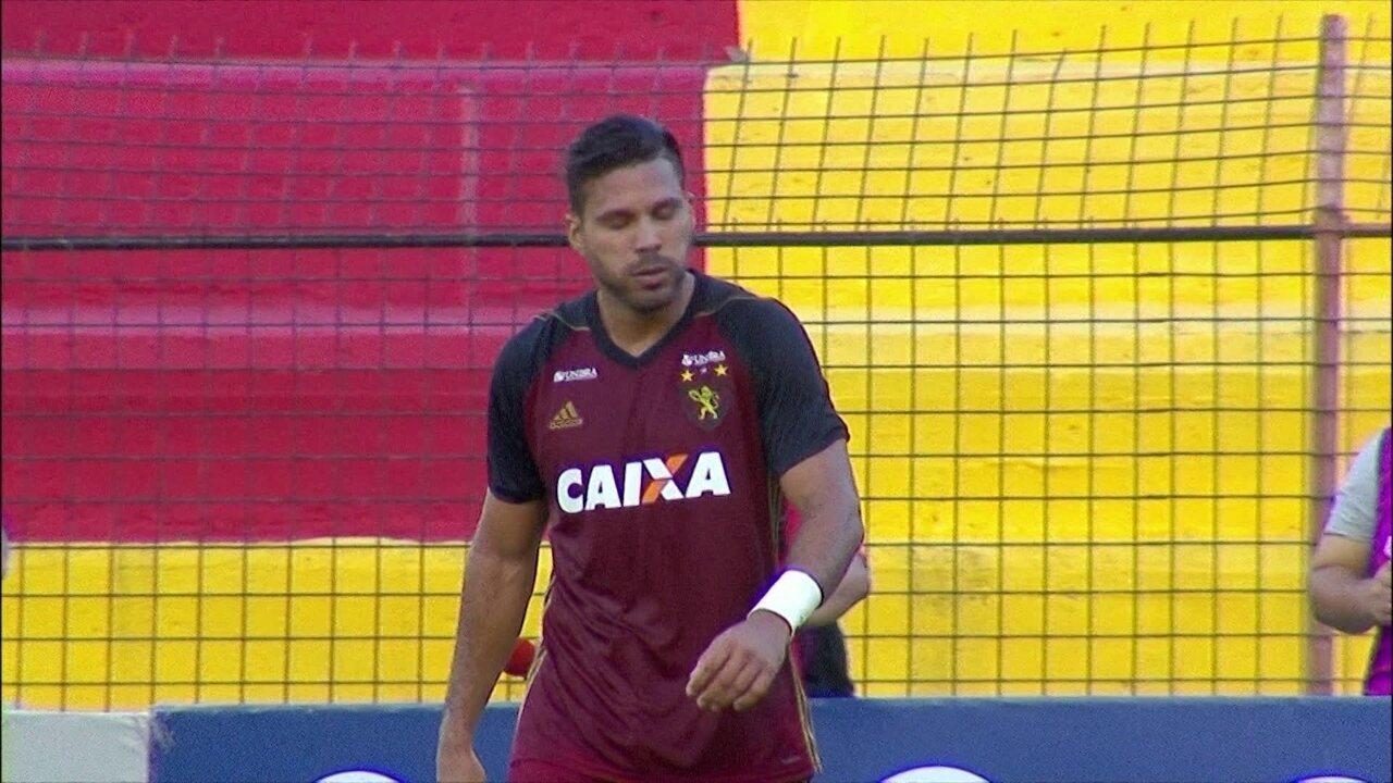 Henriquez estica a perna, perde o gol para o Sport, mas ganha o