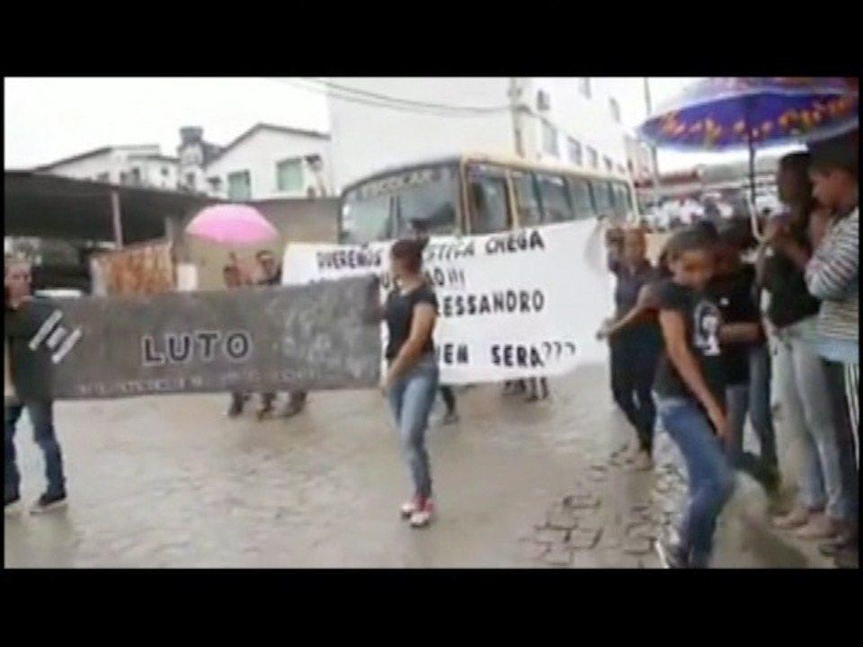 Moradores de Santo Antônio do Jacinto fazem protesto após morte de jovem