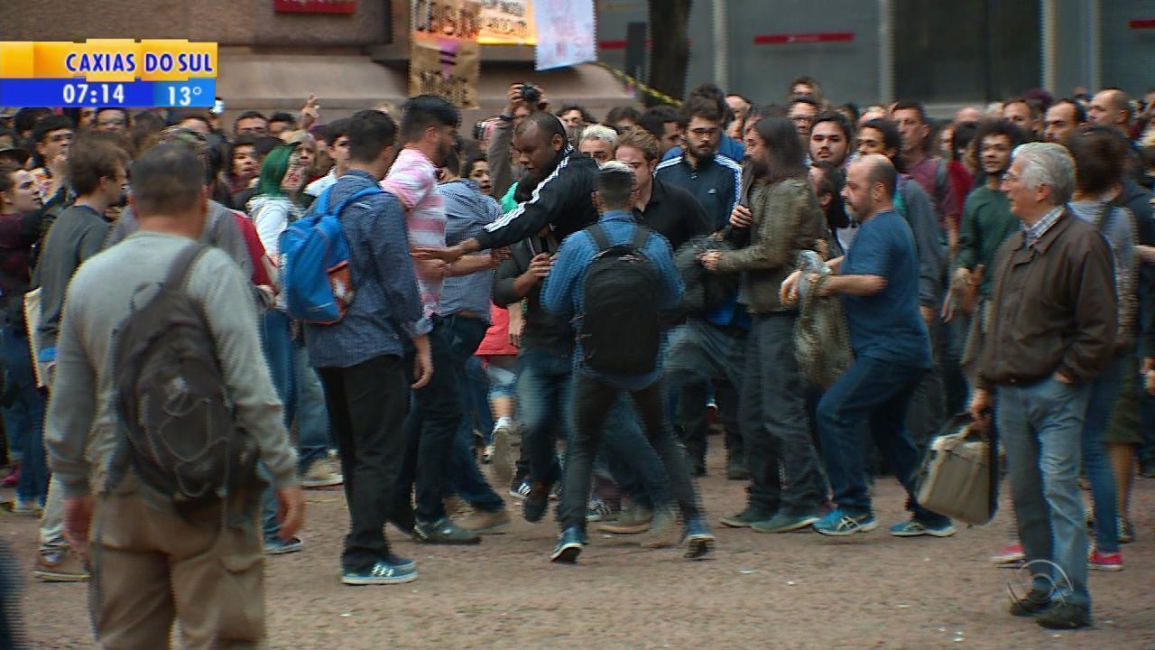 Protesto em frente ao Santander Cultural termina com briga entre manifestantes