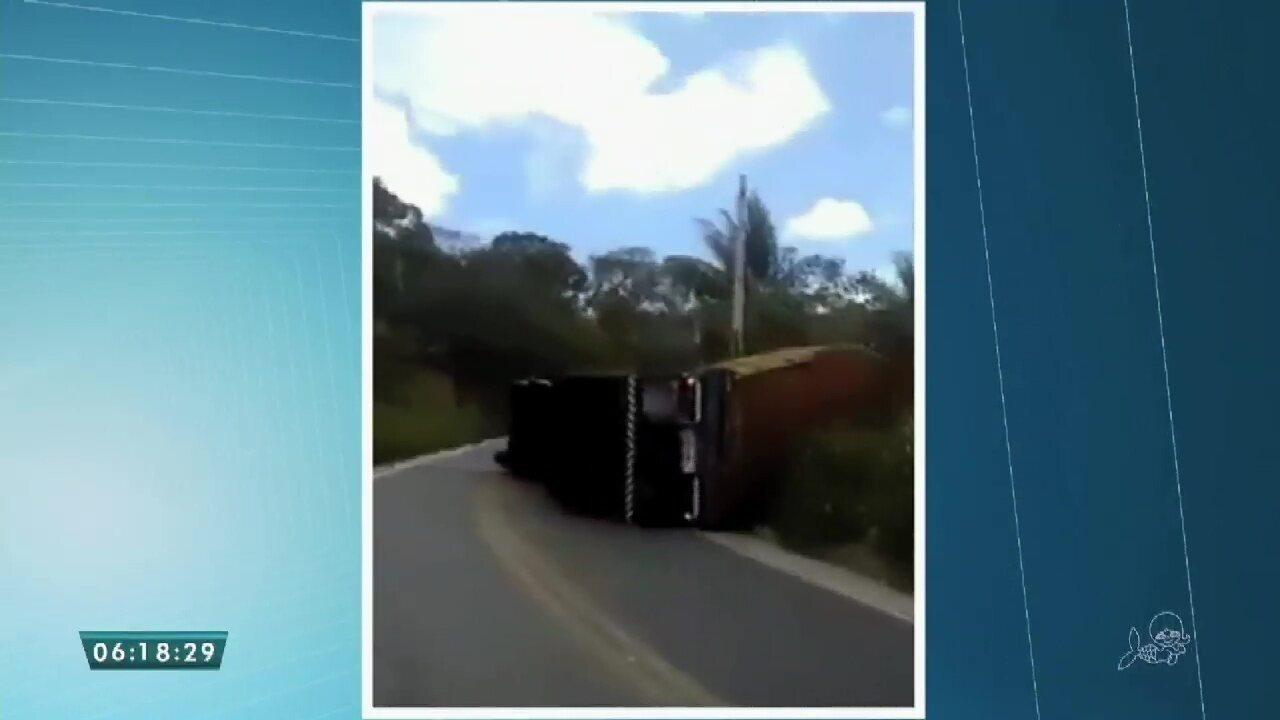 Caminhão tomba na rodovia CE 187 em Ipu