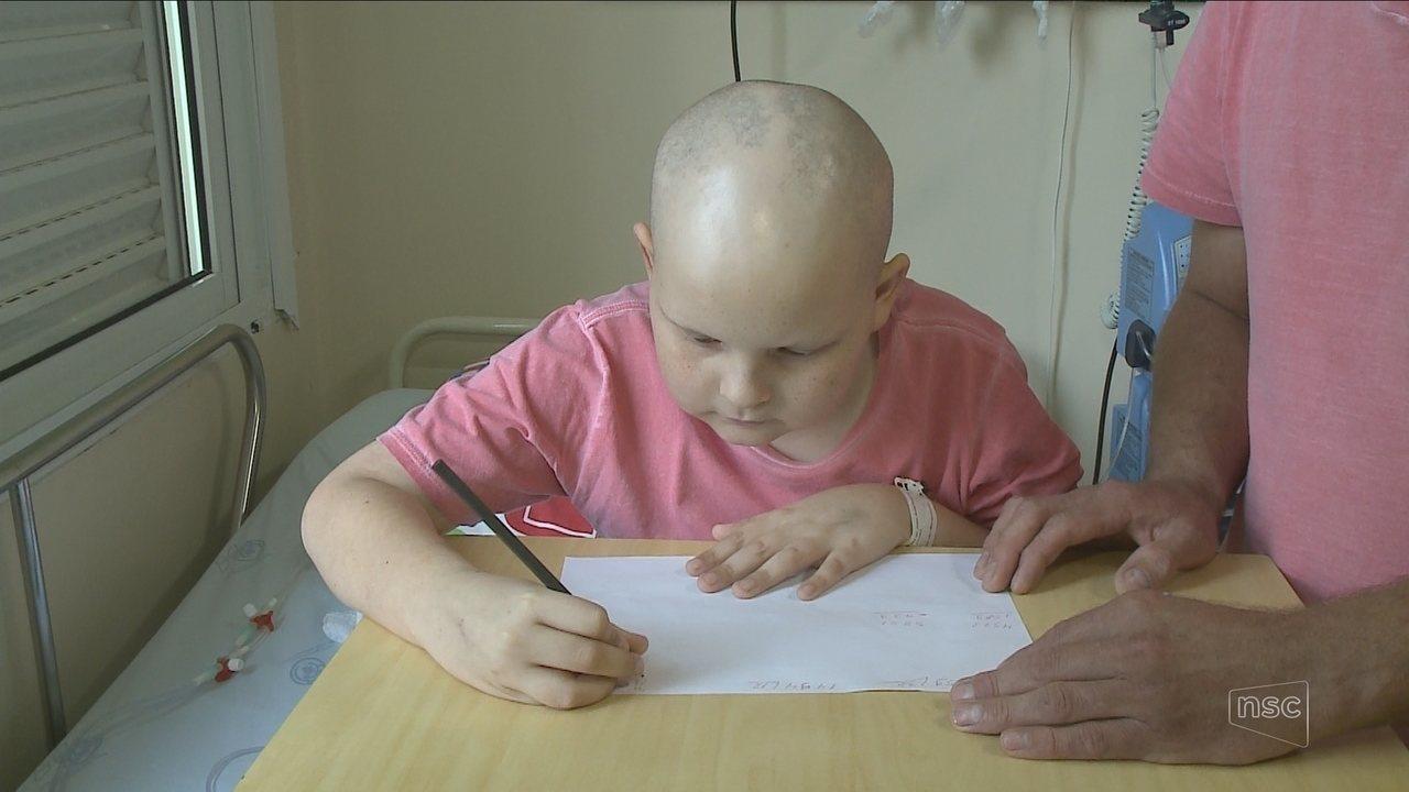 Aos 11 anos, menino com câncer é aprovado para segunda fase da Olimpíada de Matemática